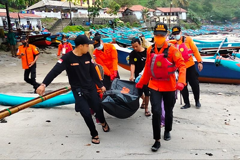 Tim SAR gabungan evakuasi jenazah di Pantai Karangbolong Kebumen