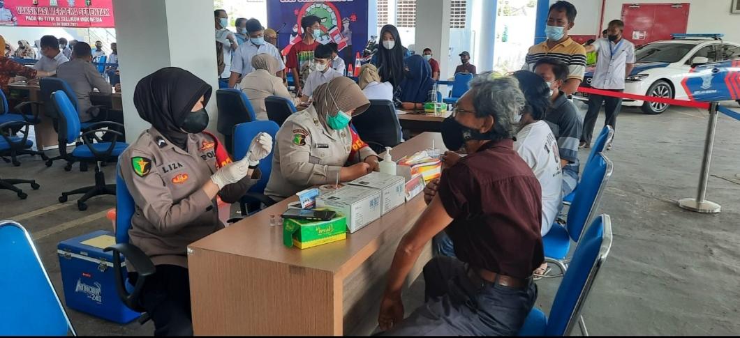 Ditlantas Polda Aceh gelar Vaksinasi Merdeka dansalurkan bansos