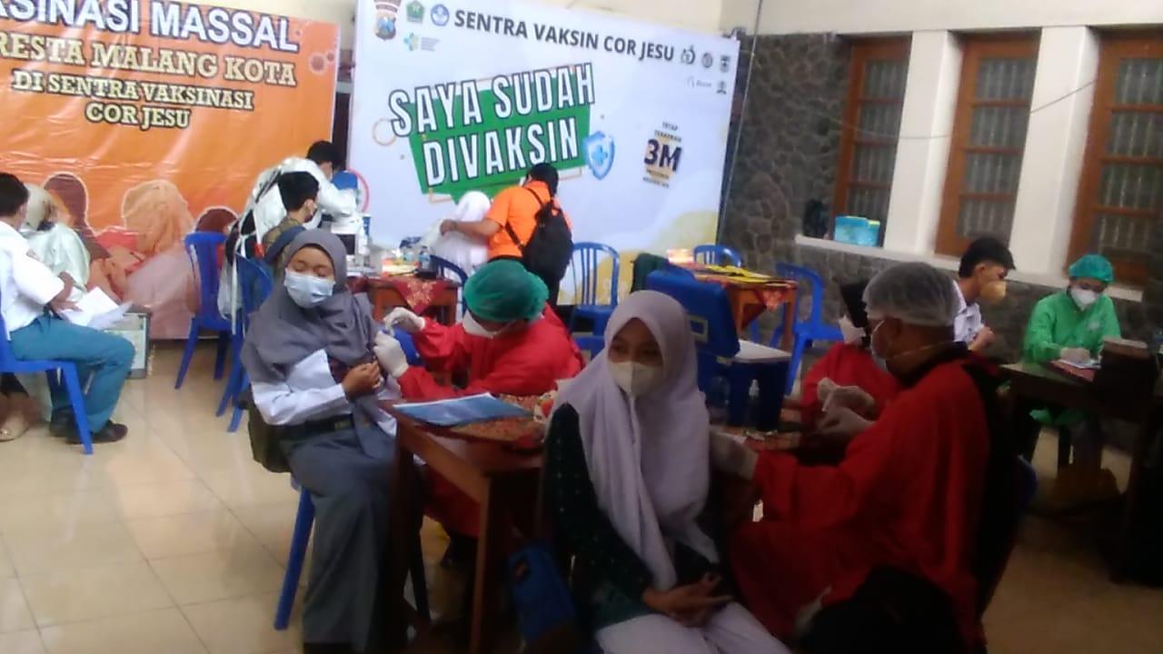 Vaksinasi pelajar SMA sederajat tahap 2 dipusatkan di SMA Cor Je Su kota Malang