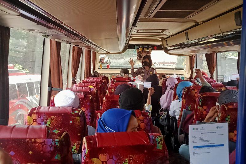Polisi periksa kelengkapan kendaraan-kartu vaksin di Lintas Sumatera