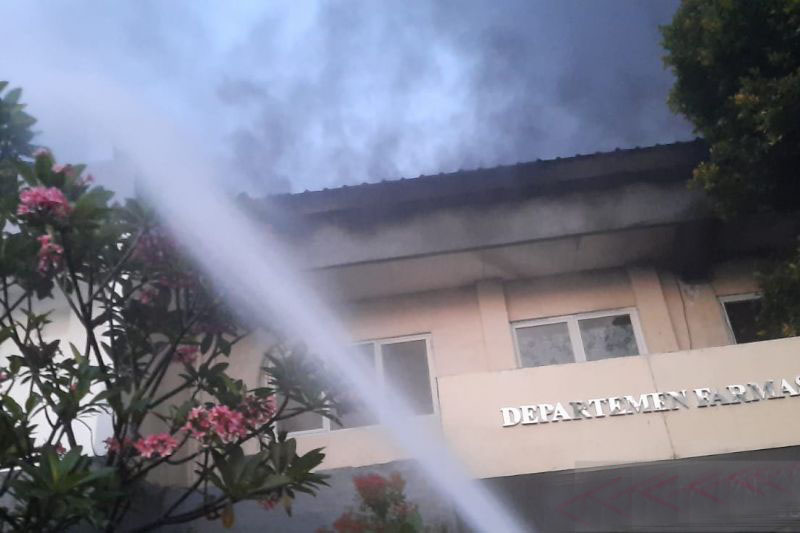 Empat damkar dikerahkan atasi kebakaran gudang di Jaksel