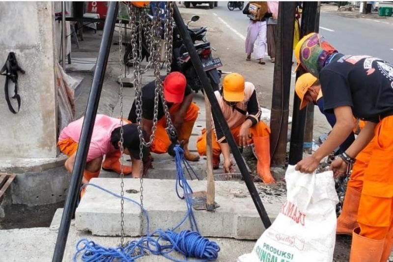Petugas PPSU angkat 80 karung lumpur-sampah di Cakung Jaktim