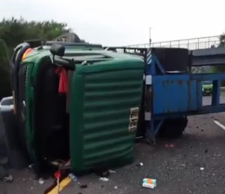 Truk terguling timpa mobil di tol Cipularang, 1 meninggal, 7 luka-luka