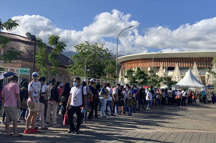 Antrean mengular, warga antusias menonton upcara penutupan PON Papua