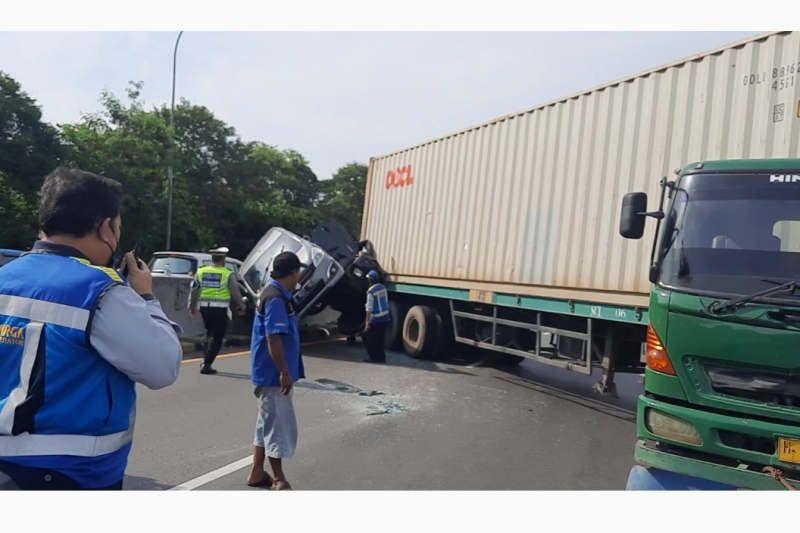 Dua mobil tergencet truk kontainer di tol Semarang