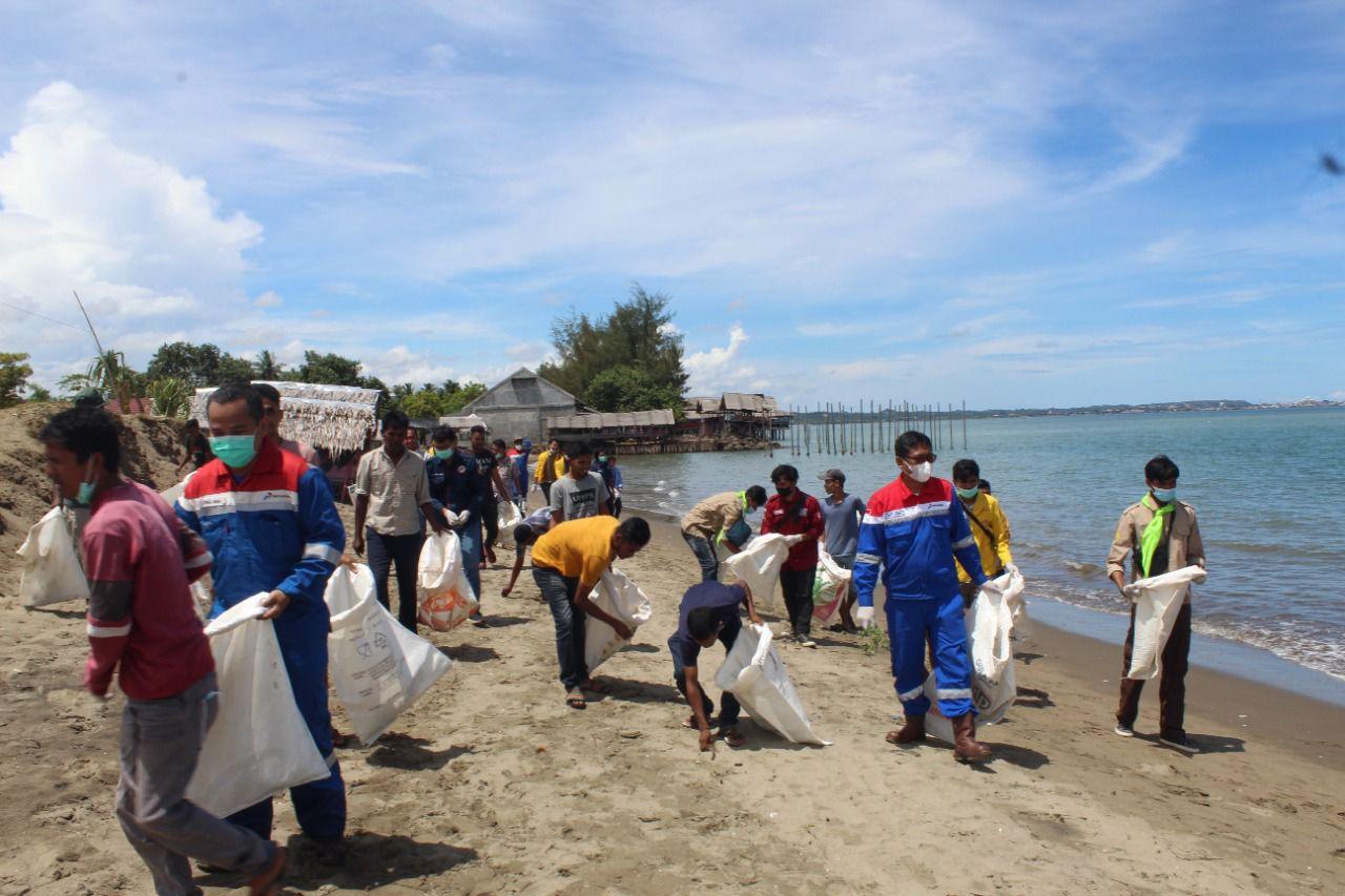 Pertamina gelar aksi bersih pantai dan tanam pohon di Aceh Utara