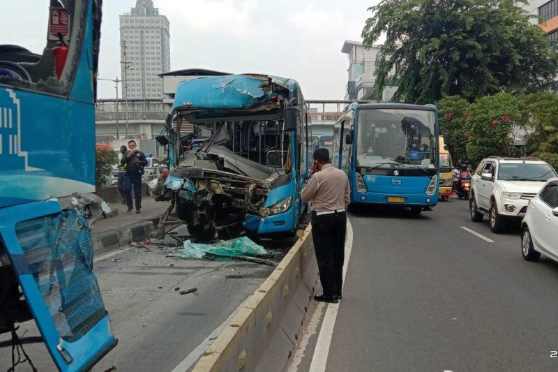 Tabrakan dua bus TransJakarta di Cawang menewaskan satu penumpang