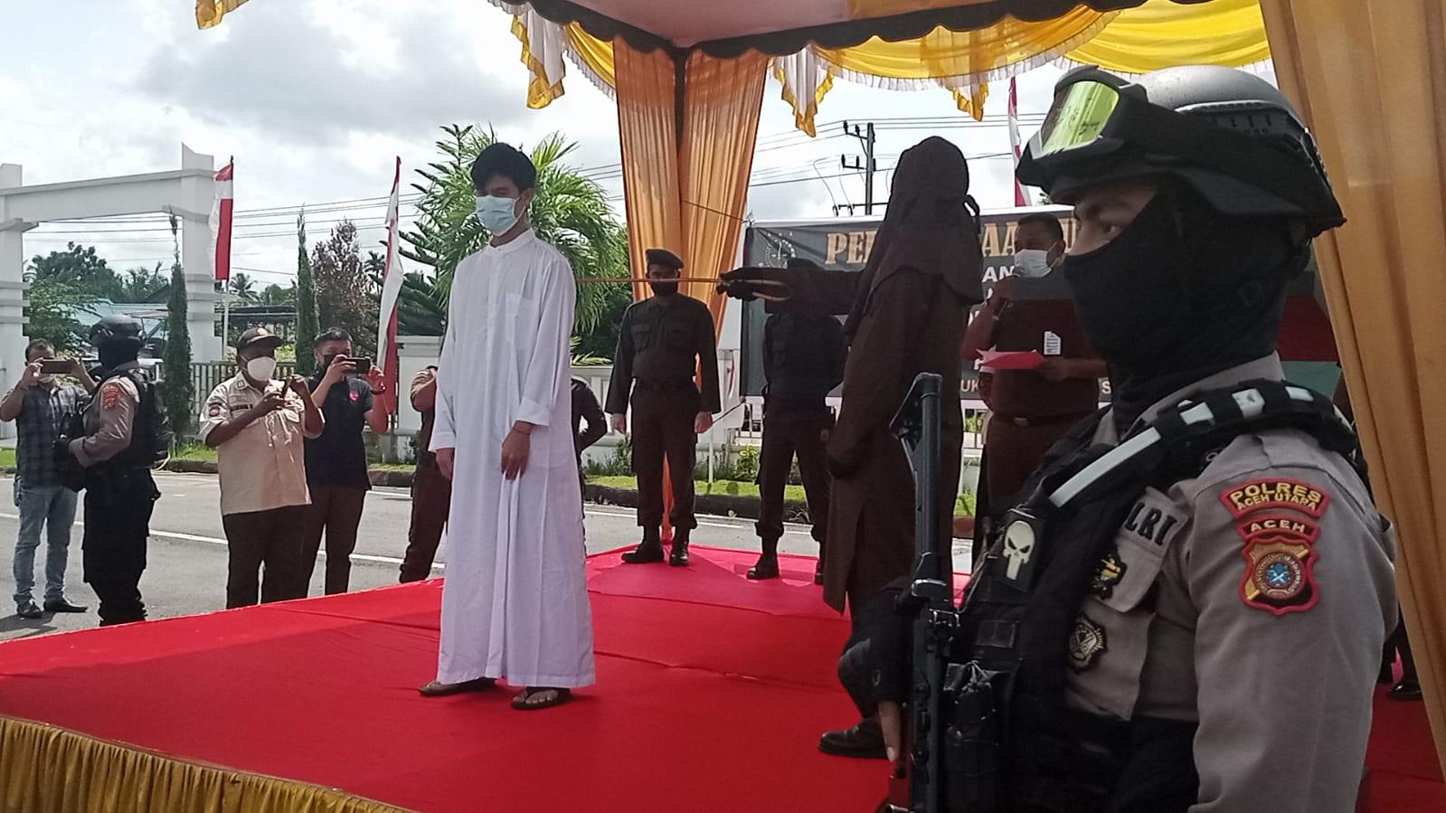 Kejari Aceh Utara hukum cambuk dua terpidana penjual Chip Higgs Domino