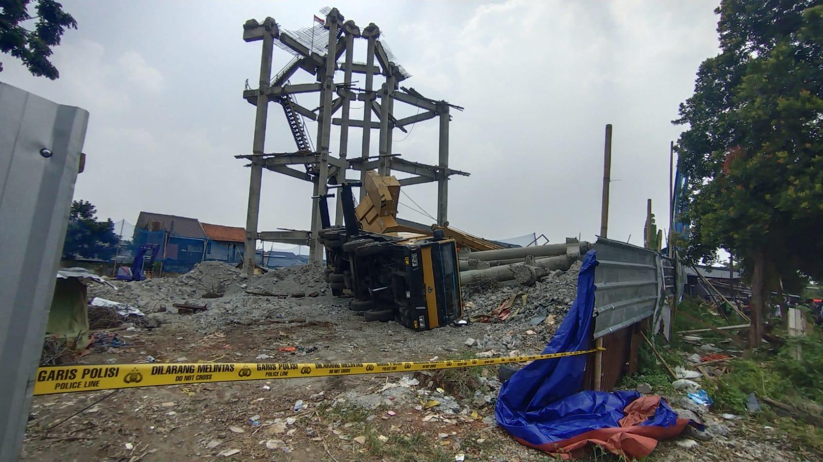 Korban terjebak reruntuhan beton roboh crane berhasil diselamatkan