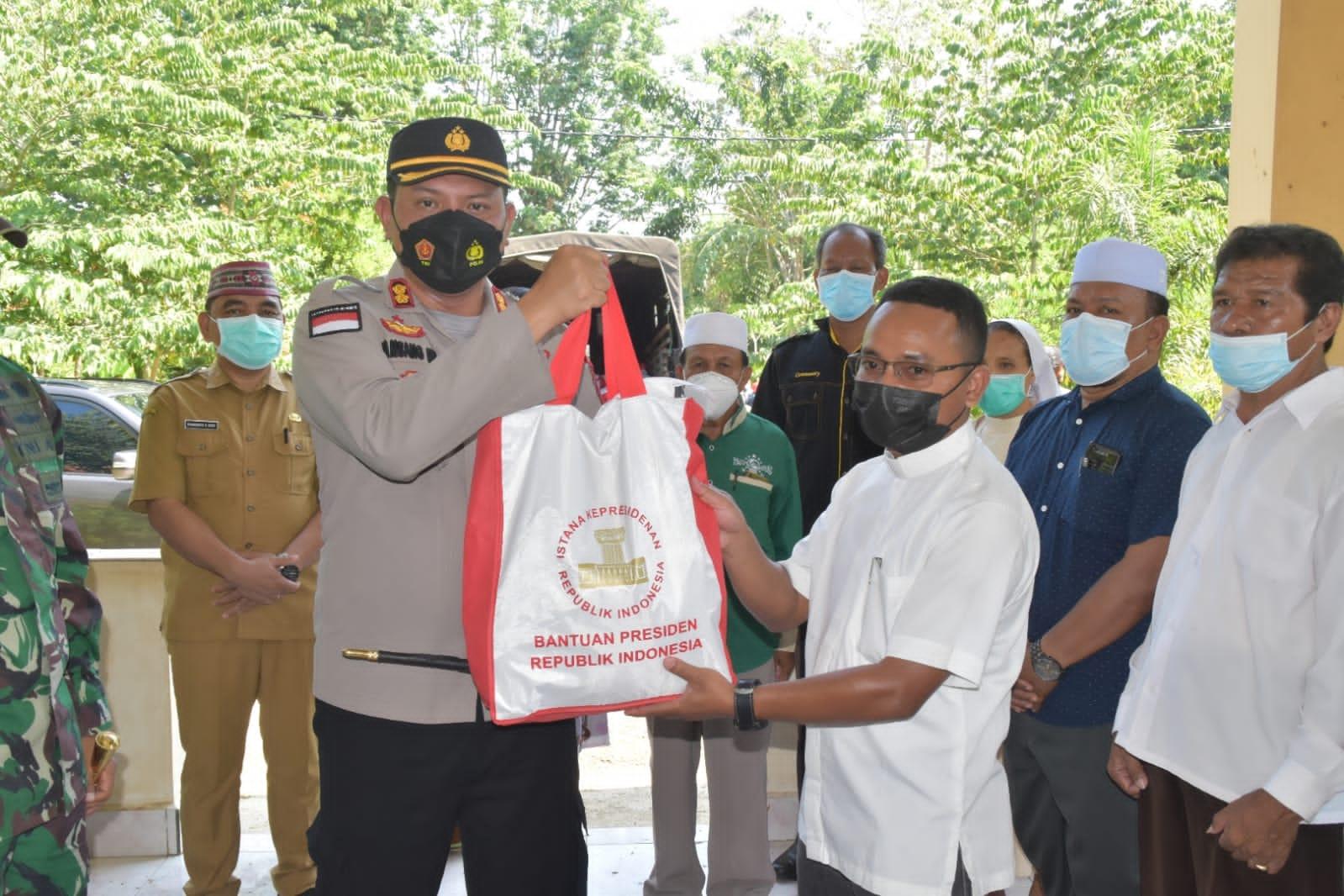 Kapolres Manggarai Barat bersama Forkopimda serahkan bantuan Presiden RI melalui tokoh agama