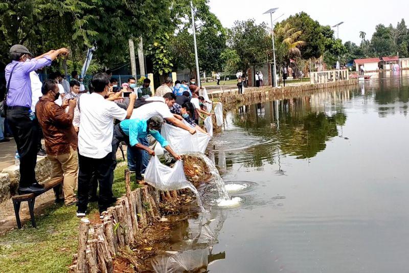 Menteri KKP tebar 100 ribu benih ikan di Desa Wisata Pamegarsari