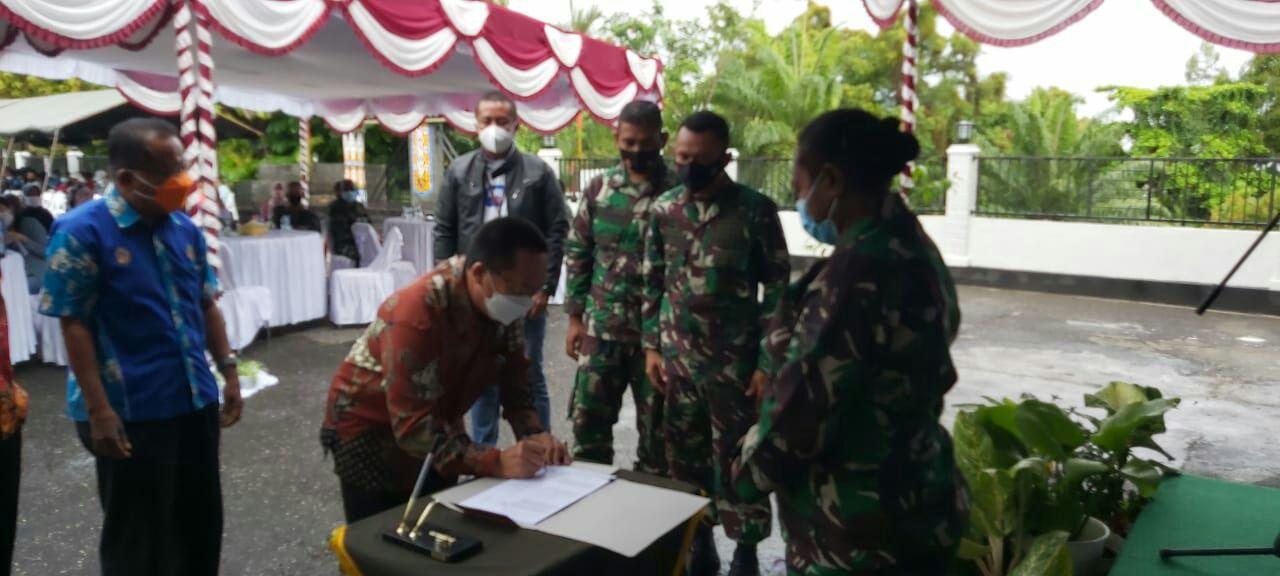 Kodim 1701/Jayapura beri bantuan tunai kepada PKL dan warung