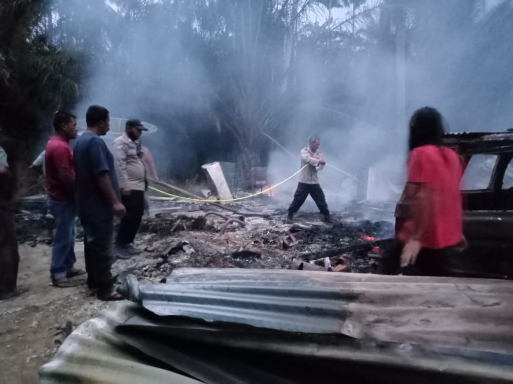 Kebakaran satu rumah, personel Polsek Simpang Keuramat bantu padamkan api