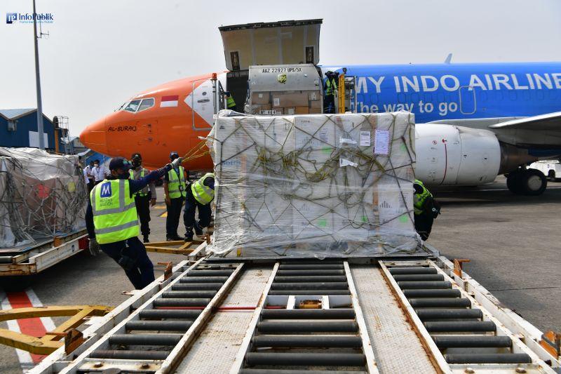 Ratusan ribu vaksin Pfizer dan AstraZeneca tiba di Indonesia