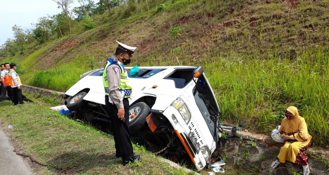 Minibus alami kecelakaan di Tol Cipali, 1 meninggal, belasan luka-luka