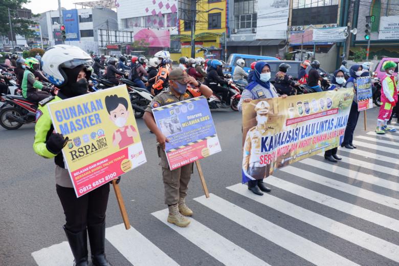 Road Safety Partnership Action 2021 and Distribution of Masks digelar di simpang Ramanda Margonda