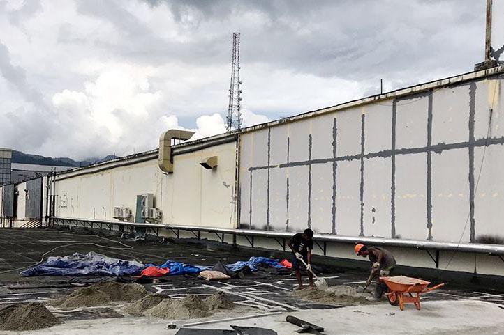 Bangunan mal yang rusak akibat gempa di Ambon mulai diperbaiki