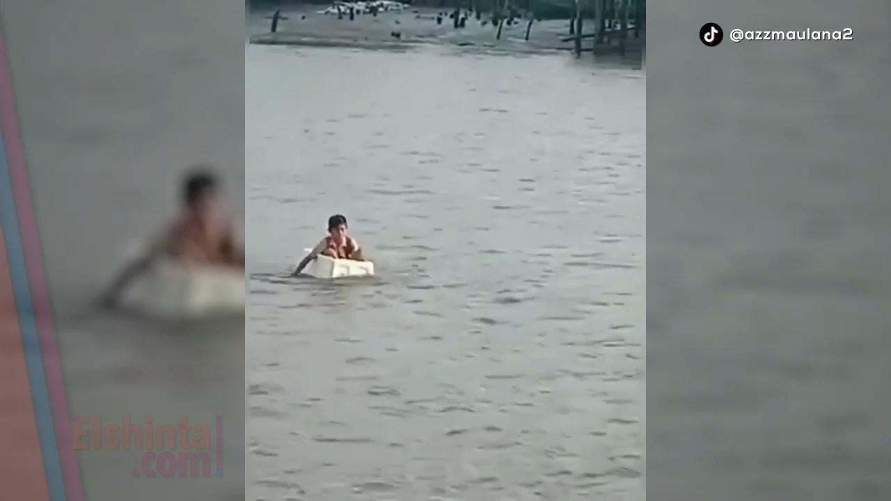 Seberangi sungai naik styrofoam demi sekolah