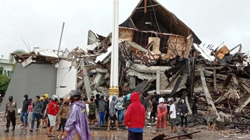 Basarnas melakukan pencarian korban gempa di Majene